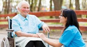 Czeki dla seniorów zlikwidują czarny rynek nieformalnych opiekunów?