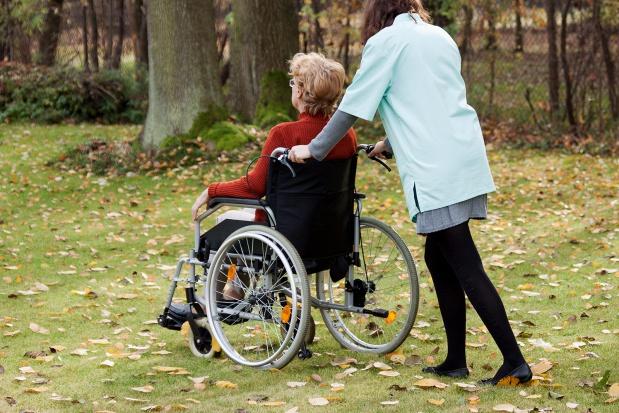 Starsze osoby przepisują mieszkania pielęgniarkom środowiskowym?