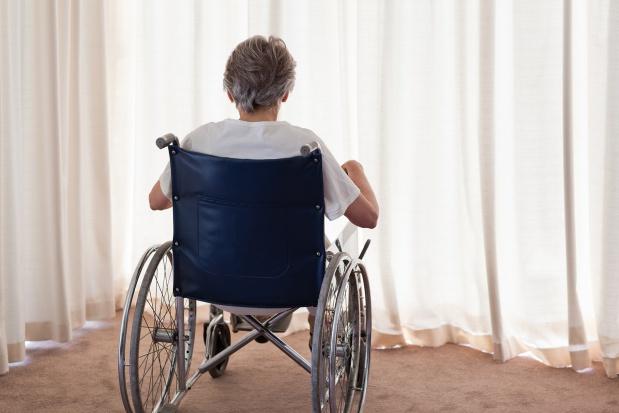 Umierającą, pozbawioną opieki staruszkę zostawili samą w domu. Zawiódł system czy ludzie?