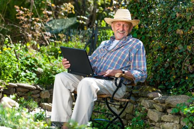 """Seniorzy """"online"""" rosną w siłę"""