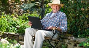 Seniorzy coraz częściej korzystają z sieci i mediów społecznościowych