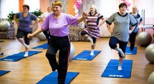 300 seniorów trenuje na sali gimnastycznej w celach naukowych