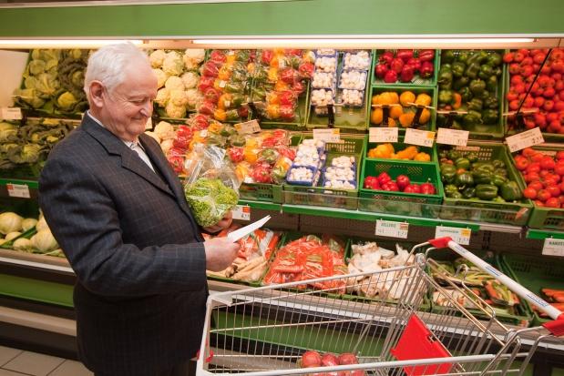 Na opłacanie rachunków w sklepie decydują się najczęściej osoby po 50 r.ż.