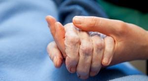 Hospicja i opiekunowie w domach potrzebują wolontariuszy. Pomóc mają dwie inicjatywy