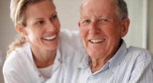Opiekunka osób starszych: taka praca to sposób na aktywizację zawodową wielu kobiet