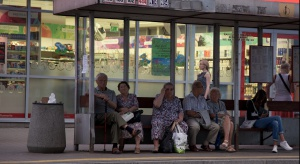 W Warszawie pojawiła się atrapa przystanku, która ma zapobiegać dromomanii