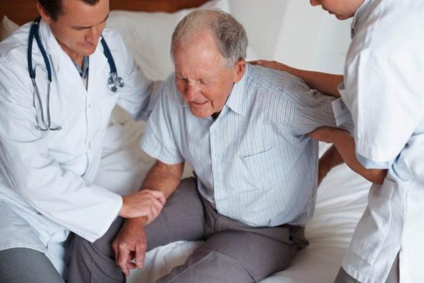 Zostawiają dziadka w szpitalu, bo… wyjeżdżają na ferie
