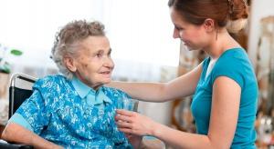 Unijni eksperci: opieka na osobami starszymi w domach powinna stać się zawodem