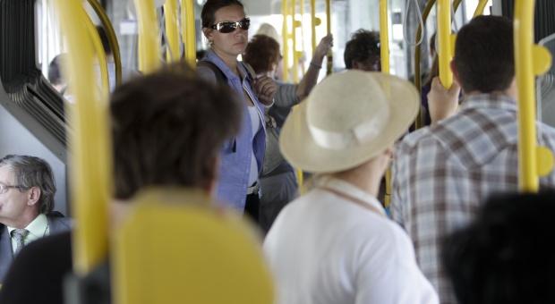 Warszawa: pasażerowie narzekają na temperaturę w autobusach i tramwajach