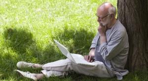 Chcesz mieć sprawny umysł na starość? Lepszy komputer niż czytanie książek...