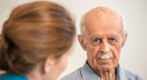 Co oferują wybrane płatne pakiety medyczne dla osób 75+?