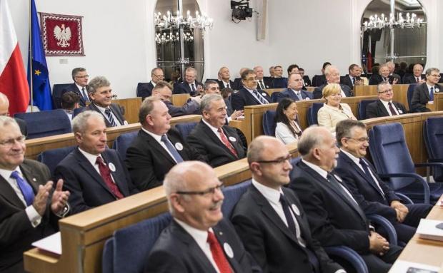 Senat: PO przeciw obniżeniu wieku emerytalnego, PiS za