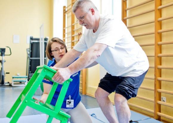 Utrata mowy po udarze mózgu - kluczowa rola rehabilitacji