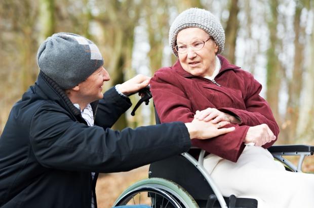 Zasiłek opiekuńczy należy się także za opiekę nad teściami