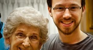 Młodzi (nie)dorośli. Większość starszych rodziców pomaga finansowo dzieciom lub wnukom