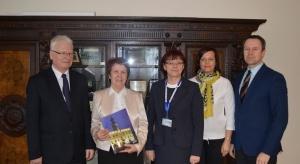 Sulechów: burmistrz wręczył pierwszą kartę seniora