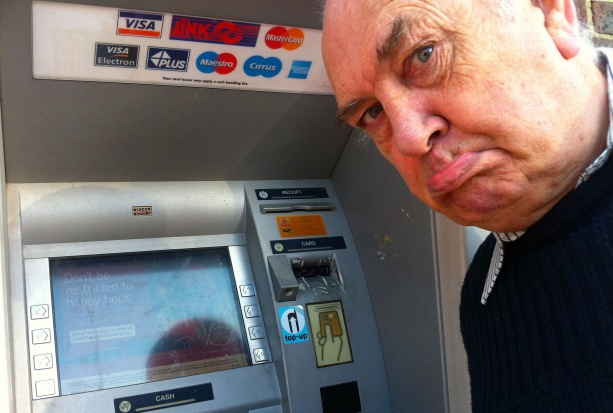 Pieniądze w skarpecie to ułatwienie dla oszustów i złodziei