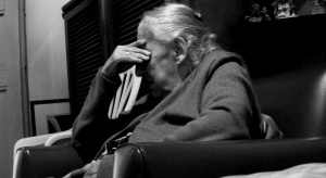 Niemal 70 procent mieszkających samotnie emerytów ma problemy z utrzymaniem mieszkania
