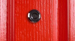 Elektronika wkracza do wizjerów w drzwiach. Wzrośnie bezpieczeństwo seniorów?