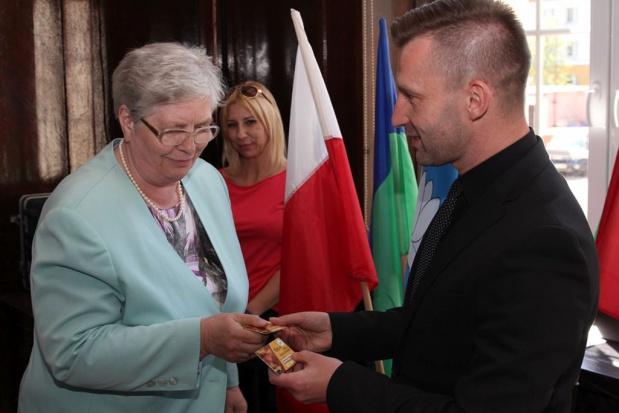 Prezydent Ełku wręczył pierwsze karty seniora