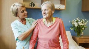 Opieka nad osobami starszymi: jakie cechy powinien posiadać dobry opiekun?