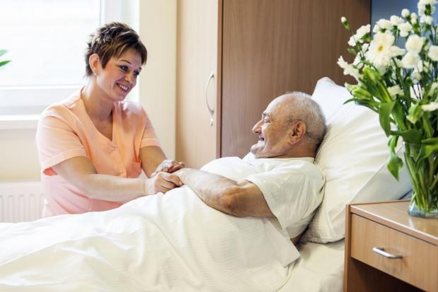 Opiekunowie osób starszych poszukiwani na rynku pracy