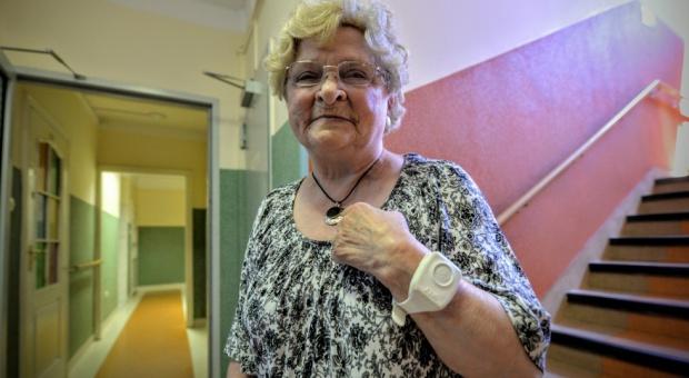 """Lubelskie: 135 osób otrzyma """"opaski życia""""i nadzór opiekunów sąsiedzkich"""