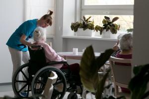Nadchodzi rewolucja personalna w domach pomocy społecznej?