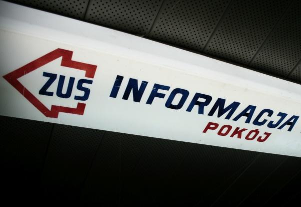 """Starsi klienci ZUS wolą """"okienko"""", ale rośnie popularność obsługi przez internet"""