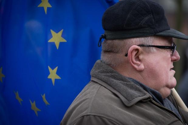 Wiek emerytalny: Unia podwyższa, Polska obniża