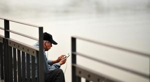 Badanie: najstarsi internauci stają się coraz bardziej mobilni
