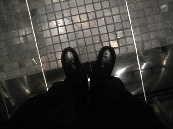 Bydgoszcz: awaria windy w bloku, starszych ratują krzesełka na półpiętrach
