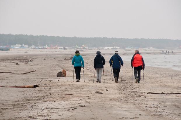 Nordic walking: spala 400 kcal w godzinę i nie obciąża stawów