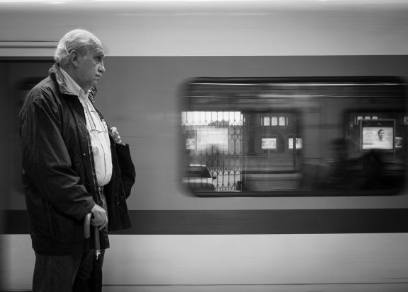 Starsi w pociągu. Na jakie ulgi mogą liczyć?