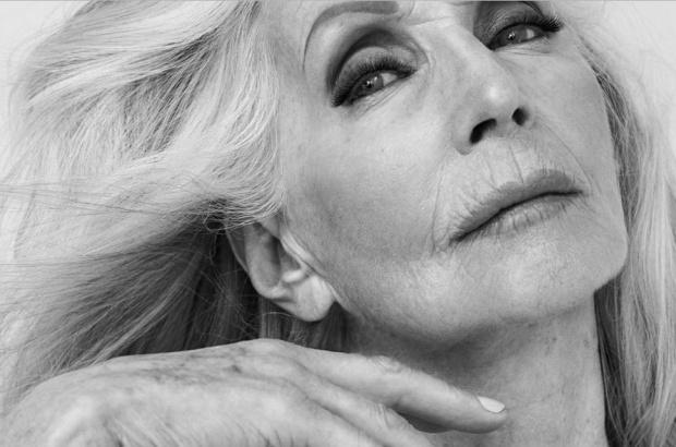 81-letnia polska modelka reklamuje perfumy. Pozuje nago...