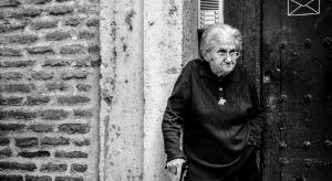 Skala oszustw na seniorach nadal duża. Potrzebna pomoc państwa?