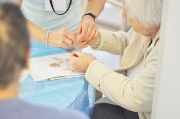 """Alzheimer: utrata pamięci wydarzeń, osób i tego jak się """"kontroluje własne mięśnie"""""""