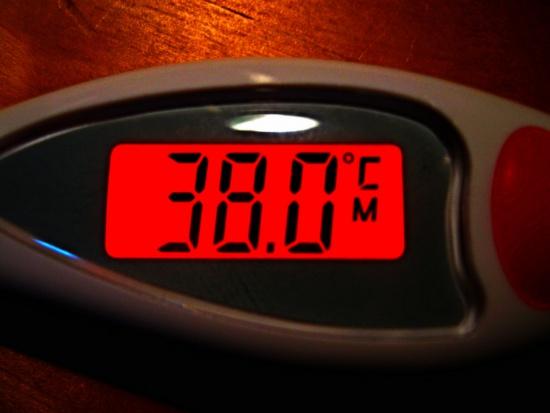 Lekarz: wirus grypy może przeżyć nawet 8 godzin na przedmiotach, np. blacie stołu