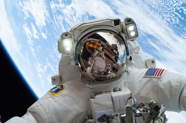 Najstarsza astronautka na świecie po raz ósmy w otwartym kosmosie
