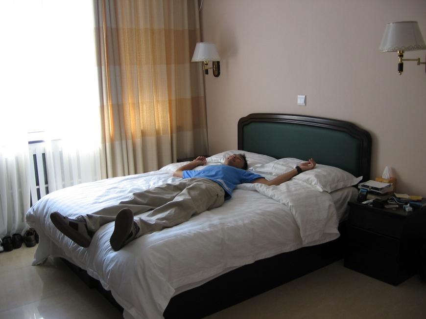Kłopoty ze snem? Zmęcz się fizycznie, unikaj drzemek, redukuj czas w łóżku....