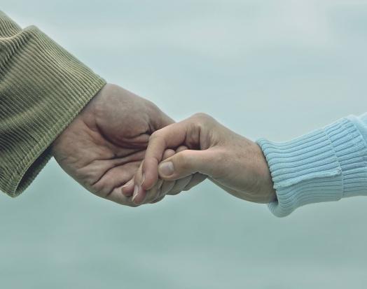 Trzymanie się za ręce uśmierza ból? Tak twierdzą naukowcy