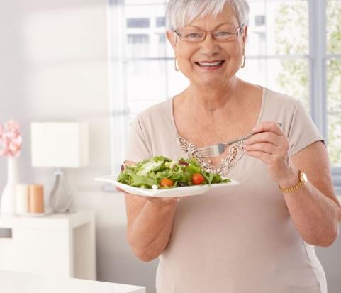 Starszy wiek wymaga innej diety. Co i jak jeść?