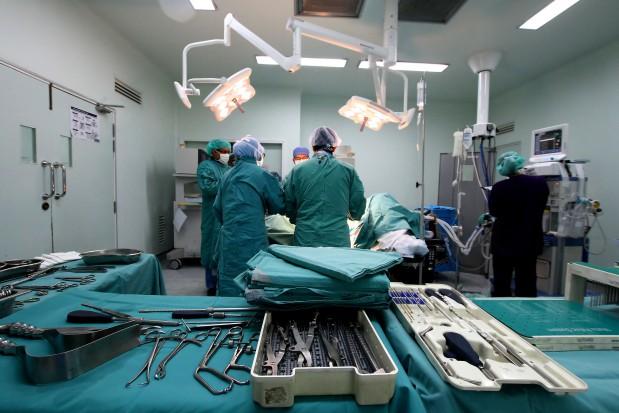 Złamanie kości udowej: szybka operacja może uratować życie seniora