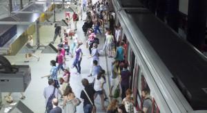 Warszawa: starsza kobieta wpadła pod pociąg metra, uratował ją...