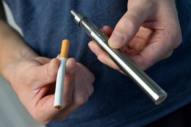 Badania: e-papierosy z nikotyną tak samo szkodliwe dla serca, jak te zwykłe