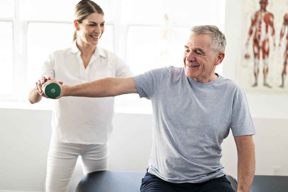 Wpływ rehabilitacji na spowolnienie procesu starzenia – Geria Medica